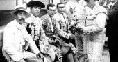 Ignacio Sánchez Mejías y Joselito El Gallo con miembros de la cuadrilla